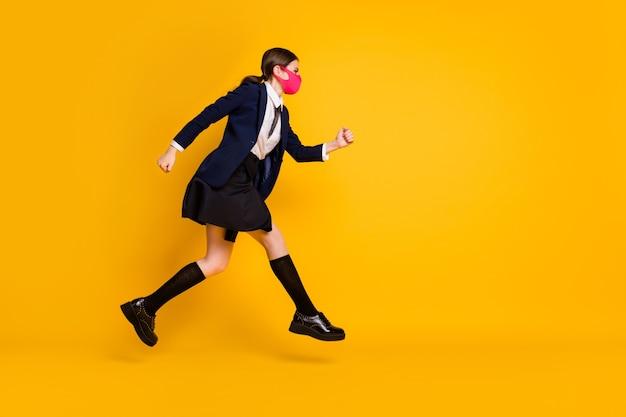 Volledige lengte profiel zijfoto van middelbare school tiener meisje jump run copyspace