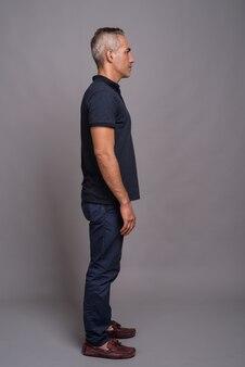 Volledige lengte profielweergave shot van knappe perzische man met grijs haar