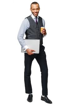 Volledige lengte studio shot van een afro-amerikaanse zakenman. caption = losse op wit bedrijf laptop en koffie te gaan.