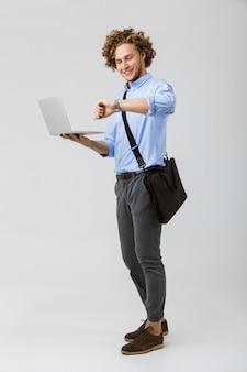 Volledige lengte van een glimlachende jonge zakenman status