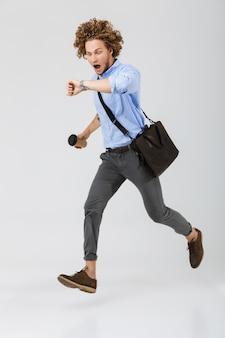Volledige lengte van een jonge zakenman die laat loopt