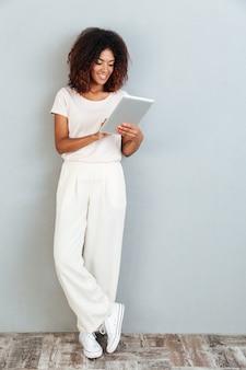 Volledige lengte van een mooie jonge afro-amerikaanse vrouw