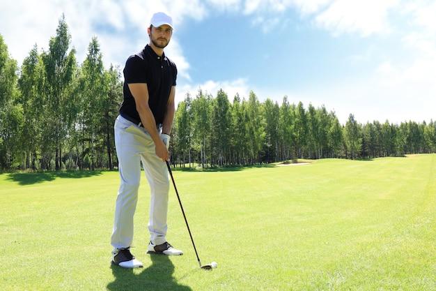 Volledige lengte van golfspeler die golf speelt op zonnige dag. professionele mannelijke golfspeler die op de golfbaan is geschoten.