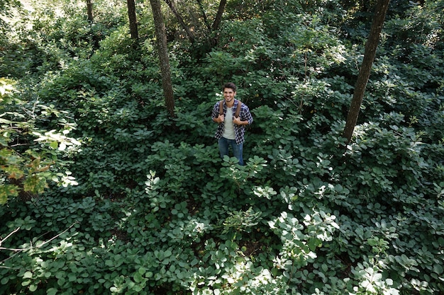 Volledige lengte van jonge man in bos