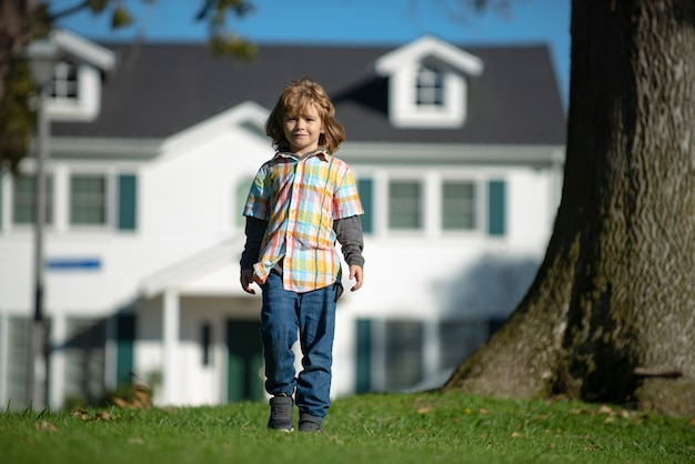 Volledige lengte van kinderen die bij lentegazon in het park lopen. zorgeloze jeugd.
