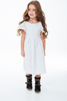 Volledige lengte van lachende mooi meisje in jurk lopen