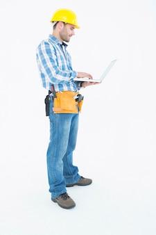 Volledige lengte van reparateur met behulp van laptop