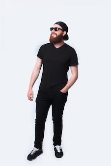 Volledige lengtefoto van jonge gebaarde hipstermens status