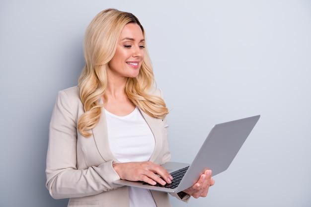 Volledige lichaam van positieve zakenvrouw houdt netbook typen vast