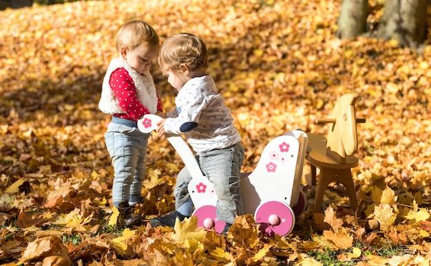 Volledige opname schattige baby's samen spelen