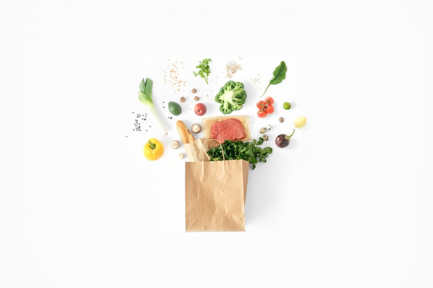 Volledige papieren zak gezond voedsel wit gezond eten achtergrond