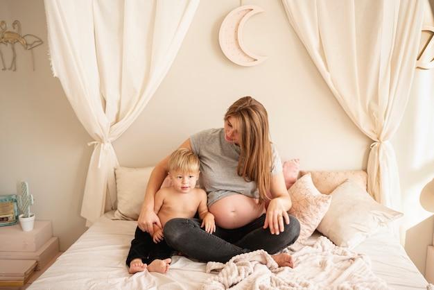 Volledige schot moeder en zoon zitten in bed