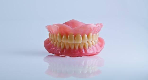 Volledige set van acryl gebit geã¯soleerd op een witte achtergrond