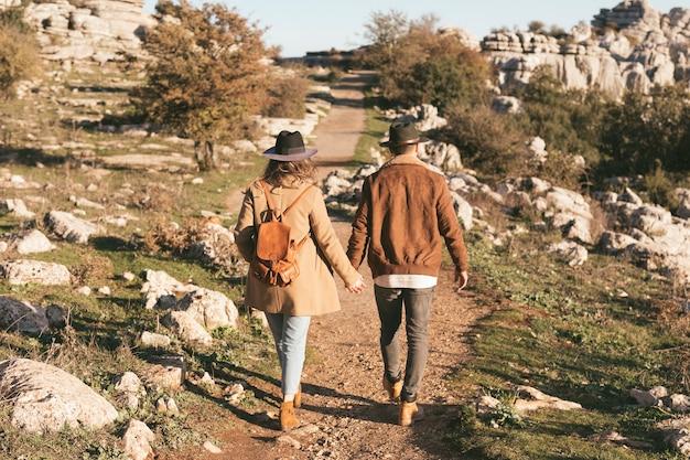 Volledige shoot man en vrouw lopen samen