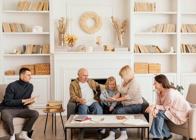 Volledige shot gelukkige familie binnenshuis