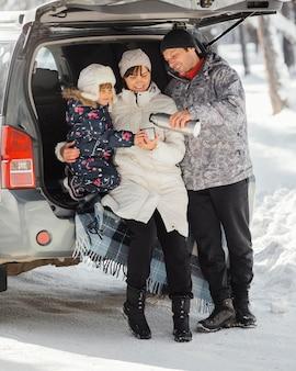 Volledige shot gelukkige familie buitenshuis