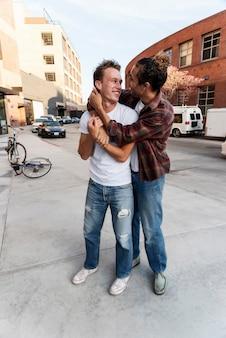 Volledige shot gelukkige mannen knuffelen