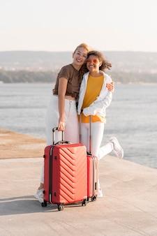 Volledige shot gelukkige vrienden die samen reizen