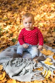 Volledige shot schattige baby op deken buitenshuis