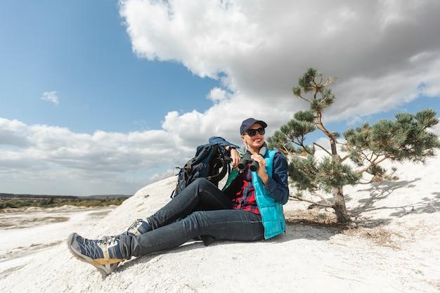 Volledige shot volwassen reiziger in de natuur