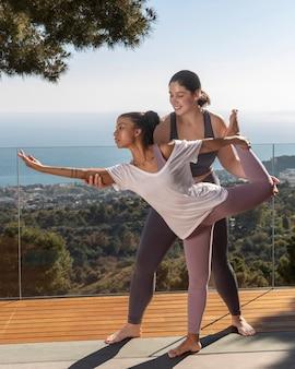 Volledige shot vrouw probeert yoga pose