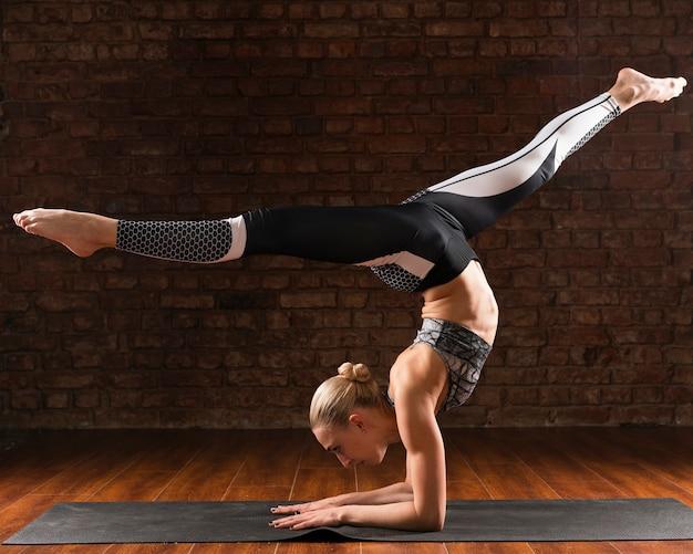 Volledige shot vrouw yoga specifieke positie
