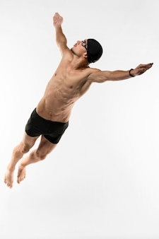Volledige shot zwemmer duiken