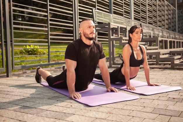 Volledige stretchpositie op yogamat