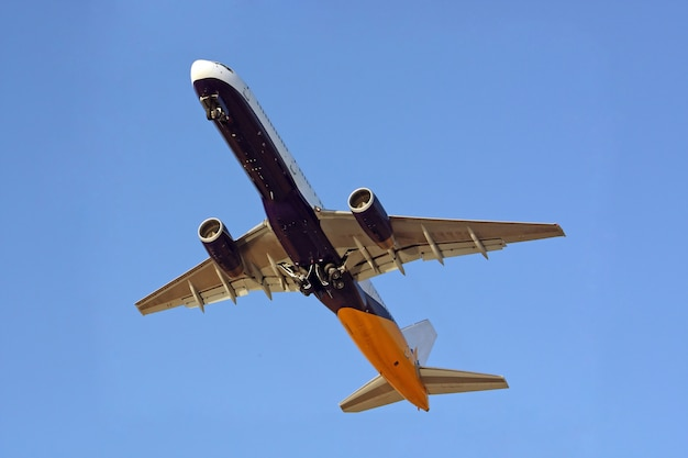 Volledige weergave van hieronder van een commercieel vliegtuig tijdens de vlucht.