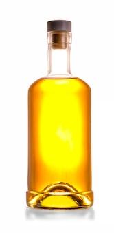 Volledige whiskyfles die op witte achtergrond wordt geïsoleerd