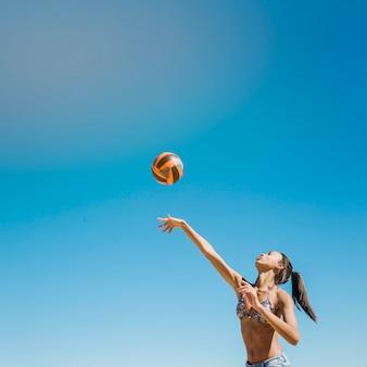 Volleybal aan het raken
