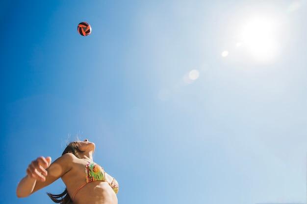 Volleybal hoog in de lucht