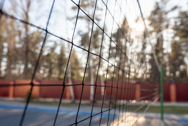 Volleybalnet in het bos met zonlicht. voor welk doel dan ook.