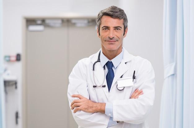 Volwassen arts in het ziekenhuis