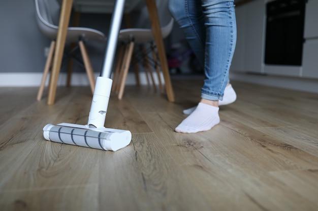 Volwassen benen in jeans en sokken