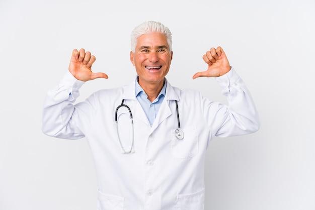 Volwassen blanke dokter man voelt zich trots en zelfverzekerd, voorbeeld om te volgen.