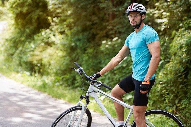 Volwassen fietser op zijn fiets