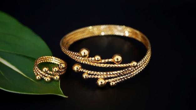 Volwassen gouden armbanden en ringen