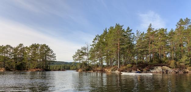 Volwassen hogere mens die noorse rivier in witte kajak in nidelva, noorwegen paddelt