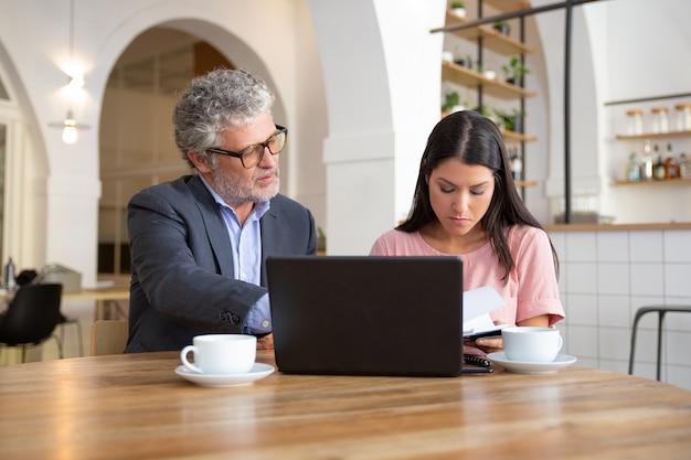 Volwassen juridisch adviseur document details uit te leggen aan vrouwelijke klant