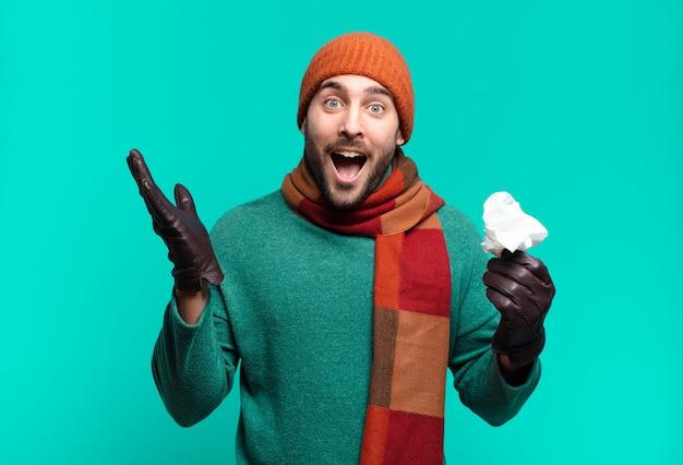 Volwassen knappe man die zich blij, verrast en opgewekt voelt, lacht met een positieve instelling, een oplossing of idee realiseert