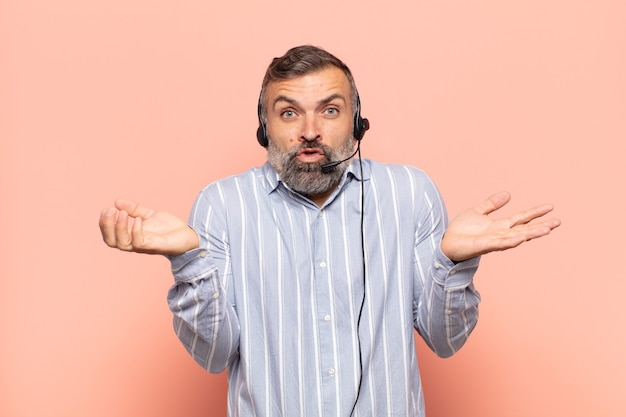 Volwassen knappe man die zich geen idee en verward voelt, niet zeker weet welke keuze of optie hij moet kiezen, zich afvraagt