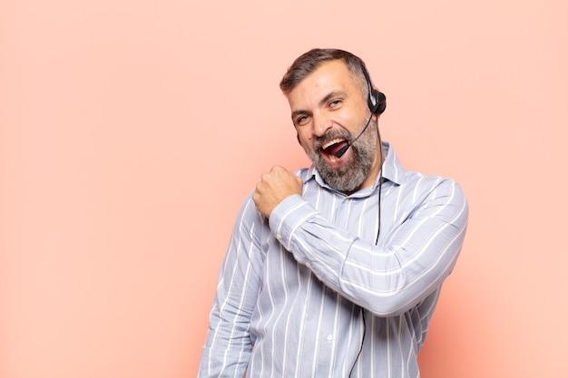 Volwassen knappe man die zich gelukkig, positief en succesvol voelt, gemotiveerd wanneer hij voor een uitdaging staat of goede resultaten viert