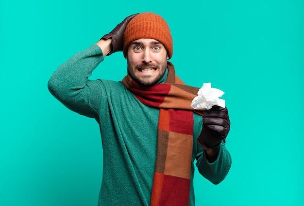 Volwassen knappe man die zich gestrest, bezorgd, angstig of bang voelt, met de handen op het hoofd, in paniek raakt bij vergissing