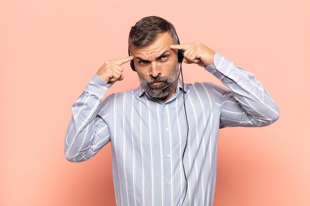 Volwassen knappe man met een serieuze en geconcentreerde blik, die brainstormt en nadenkt over een uitdagend probleem