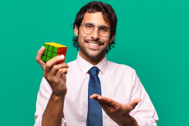 Volwassen knappe zakenman die een intelligentie-uitdaging oplost