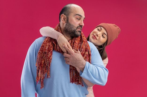 Volwassen koppel op valentijnsdag blij vrouw met wintermuts onder de indruk man
