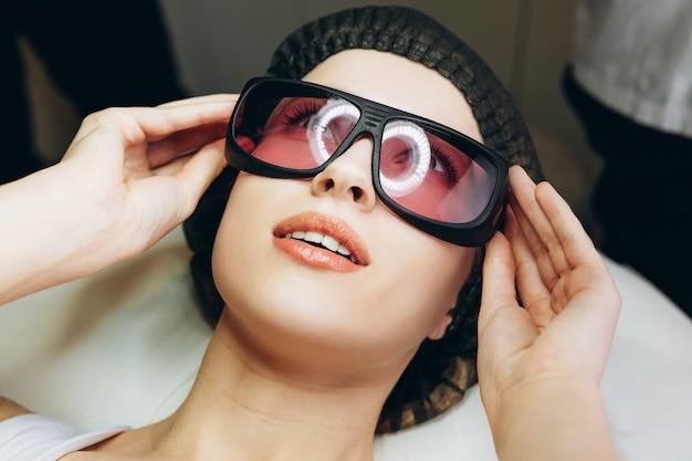 Volwassen leuke vrouw met laser ontharing in professionele schoonheidssalon. detailopname.