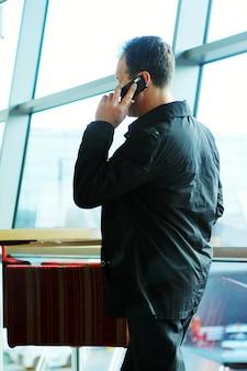 Volwassen man belt via de telefoon
