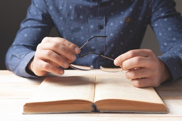 Volwassen man die een boek leest
